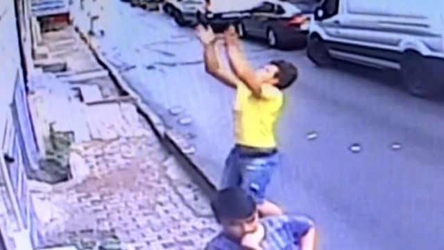 土耳其少年徒手接住楼上摔落的女婴