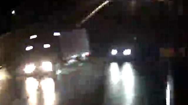 小车突然变道,后车3人险掉下高架桥