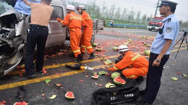 瓜农车祸被困,交警脱警服为其遮雨