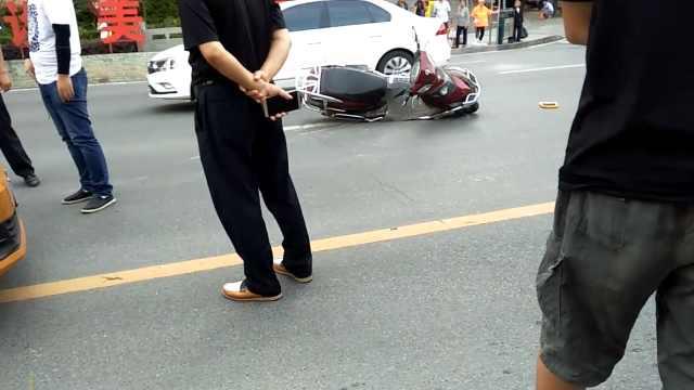 车祸伤者拒绝就医,市民苦劝半小时