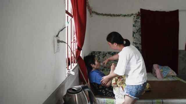 女儿照顾瘫痪养母:到哪都带着她!